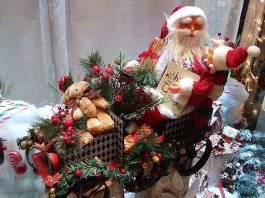 How to Get Free Christmas Gifts for Your Family   How to get free holiday gifts   Christmas gift donations   Photo by Daye Deura