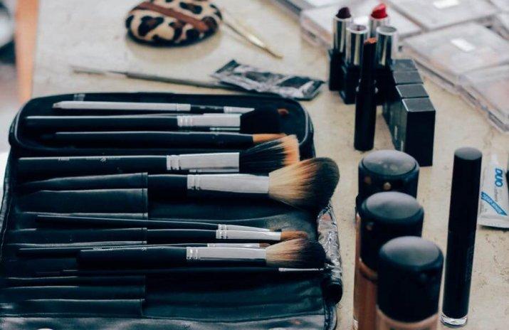 Minimalist Fashion: How Many Shades of Lipstick Do I Really Need? - smart shopping - how to shop smarter